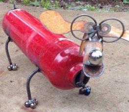 Recyclage d'un extincteur par un artiste